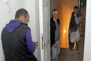 Vecinos de una vivienda ocupada en el Residencial 3 de Abril de Bollullos. (José Carlos Sánchez / Multimagenestudio)