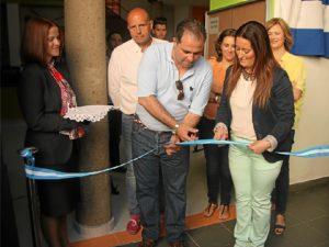 El alcalde corta de la cinta en la inauguración.