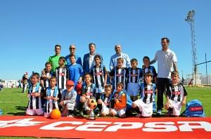 El equipo ganador posa junto con el alcalde de Palos y responsables de Cepsa.