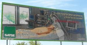 Valla publicitaria instalada por Satse en el Hospital Juan Ramón Jiménez denunciando la situación.