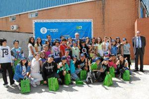 Pedro Rodríguez y Felipe Arias junto a escolares en el Punto Limpio del Polígono de Romeralejo de Huelva.