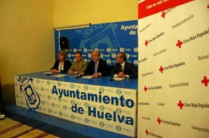 Presentación de la iniciativa en el Ayuntamiento con representantes municipales, de Cruz Roja y de La Caixa.
