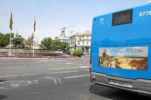 Un autobús con la campaña pasando junto a la Cibeles.