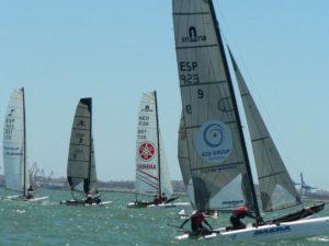 Catamaranes en plena competición.