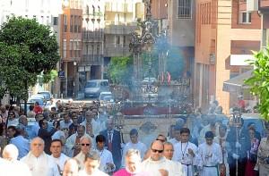 Salida procesional del Corpus Christi por las calles de Huelva. (Espínola)