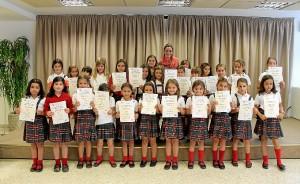 Los alumnos con sus diplomas.