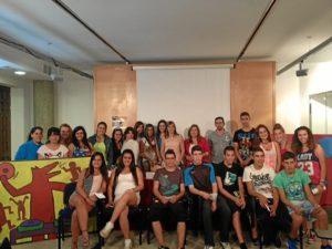 Los alumnos galardonados y los concejales.