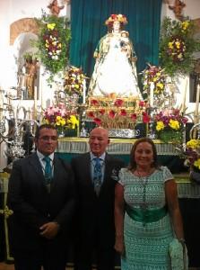 El pregonero, en el centro, flanqueado por la alcaldesa de Isla Cristina y el alcalde de la Redondela.