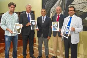 Entrega de los distintivos por parte del presidente de la Diputación de Huelva.