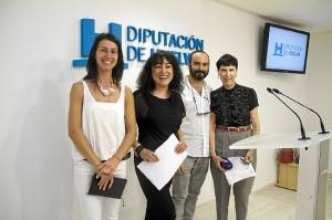 Los ganadores del certamen con la diputada de Cultura.