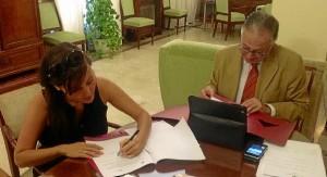 La decana del Colegio de Arquitectos firma el escrito ante la presencia del subdelegado del Gobierno en Huelva.