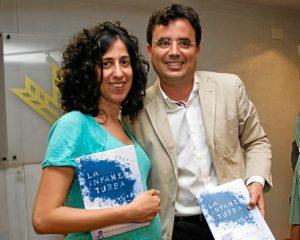 Elisabeth Domínguez, autora de las fotografías de La Infame Turba, junto a Andrés Marín. (Julián Pérez)