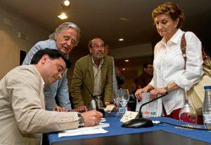 Andrés Marín firma ejemplares del libro tras la presentación. (Julián Pérez)