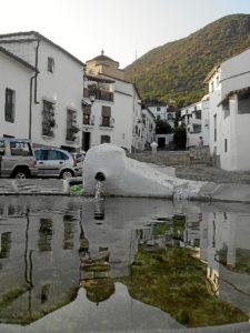 Plaza de la fuente de Linares de la Sierra.