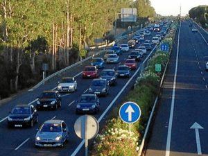 Grandes colas entre Punta y Huelva a causa del accidente. (Julián Pérez)
