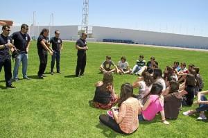Los bomberos mantienen una charla con los estudiantes.