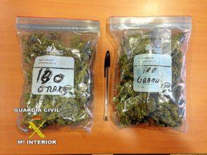 Las dos bolsas de marihuana aprehendidas.
