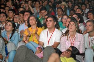 Detalle de los jóvenes participantes en la vigilia de oración.