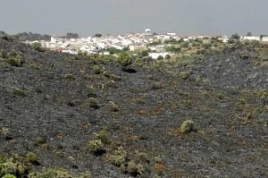 Vista de Berrocal rodeada por montes arrasados por las llamas. (Antonio José de la Cerda/El Mundo Huelva Noticias)