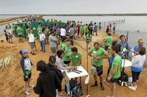 En la jornada de anillamiento en Marismas del Odiel han participado 200 personas. (José Antonio Pérez)