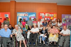 Fotografía de familia del equipo investigador y los mayores participantes en el programa, junto a responsables de la Cátedra CEPSA y el Ayuntamiento de San Juan del Puerto.