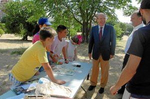 El alcalde con algunos de los participantes en las aulas de la naturaleza.
