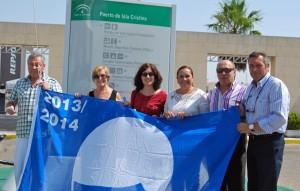 La bandera azul que ha sido izada en el Puerto Deportivo de Isla.