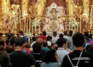 Los jóvenes volvieron al templo en cuanto hubo certeza de que no había peligro. (@diariorociero)