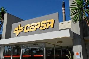 La Etiqueta Doñana preside la fachada del edificio de CEPSA en Palos.