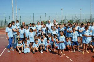 El alcalde posa junto con un grupo de niños que participan en el campamento urbano.