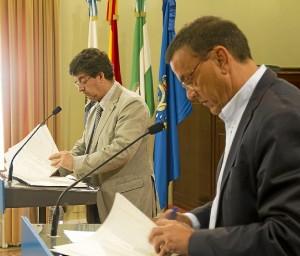 Firma del convenio por parte de Valderas y Caraballo.