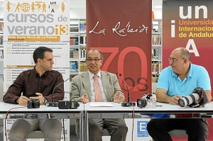 El rector de la UNIA junto al director del curso de fotografía y uno de los ponentes.