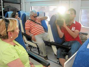 Las cámaras de la televisión de Castilla-León en el tren Huelva-Zafra.