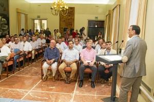 Caraballo se dirige a los alcaldes que han acudido a la firma del convenio con la Diputación.