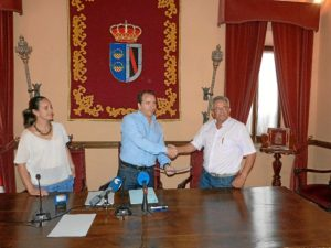 Firma de la cesión a La Canariega.
