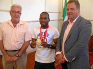 Kelvin de la Nieva junto al concejal de Deportes y al alcalde de San Juan.