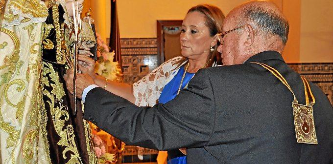 La alcaldesa pone la Medalla a la Virgen junto al presidente de la Hermandad.