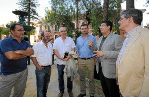 Los máximos responsables de IU en los jardines de la Casa Colón antes de iniciar el acto. (José Miguel Espínola)