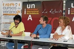 Manuel Jabois junto al director del curso y la directora de la UNIA.