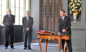 El nuevo rector toma posesión del cargo ante la presencia del presidente de la Junta.
