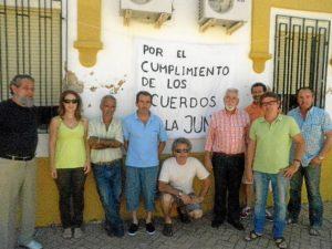 El responsable provincial del PA con algunos de los mineros encerrados.
