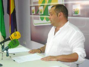 El portavoz de IU en la Diputación en rueda de prensa.