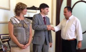 El alcalde saluda al responsable de Triados Bank en Andalucía.
