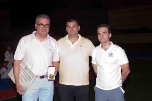 Pepe López recibiendo su medalla de taekwondo.