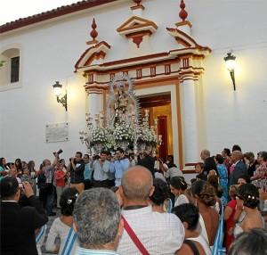 Salida en procesión de la Virgen del Carmen en San Juan del Puerto.