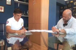 Jesús Vázquez firmando su contrato con Pablo Comas.