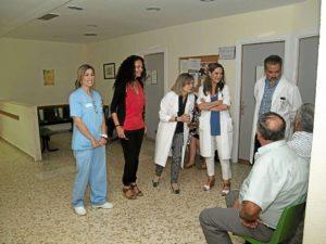 La delegada en la visita a las instalaciones en el hospital de Riotinto.
