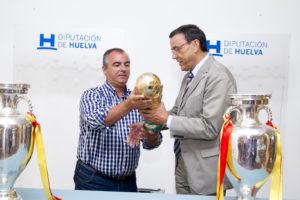 Jose Antonio Fernández e Ignacio Caraballo con la Copa del Mundo.