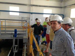 El alcalde de Almonte inspeccionando las nuevas instalaciones.