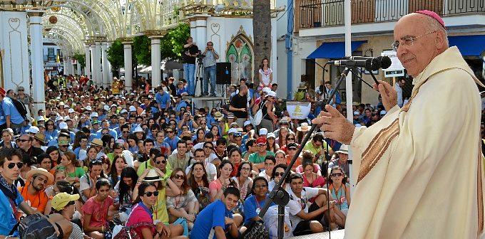 El obispo se dirige a los jóvenes en El Rocío.